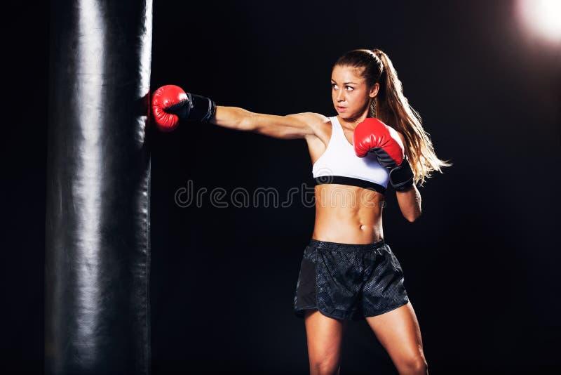 与红色手套的美好的妇女拳击 库存图片