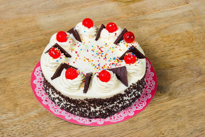 与红色果冻的奶油色蛋糕在上面 库存照片