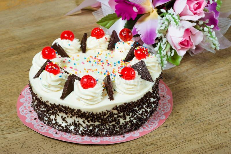 与红色果冻的奶油色蛋糕在上面 库存图片