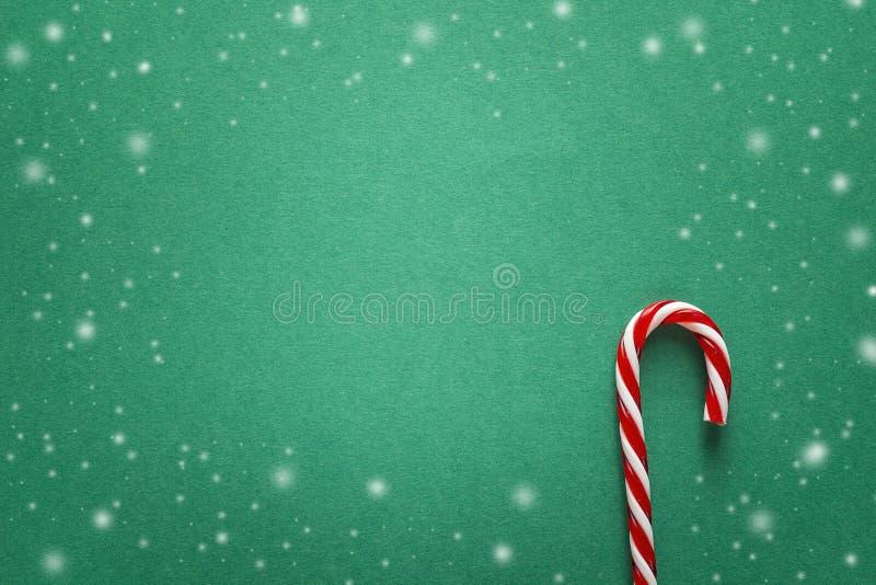 与红色棒棒糖的绿色圣诞节背景 复制文本的空间 免版税库存照片