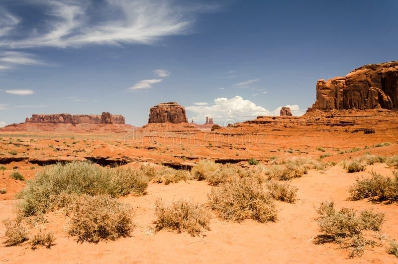 与红色沙子和mesas的沙漠风景 免版税库存照片