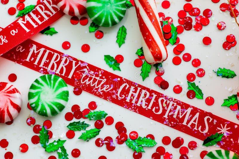 与红色流体充盈的圣诞节装饰品球的装饰和红色围拢的两个绿色被填装的装饰品球有你自己上午 免版税库存照片