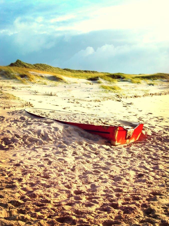 与红色海难的海滩场面 库存照片
