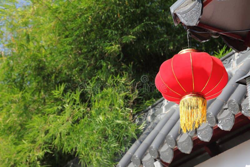 与红色灯笼的室内装修中国人农历新年庆祝和节日的与拷贝空间 免版税库存图片