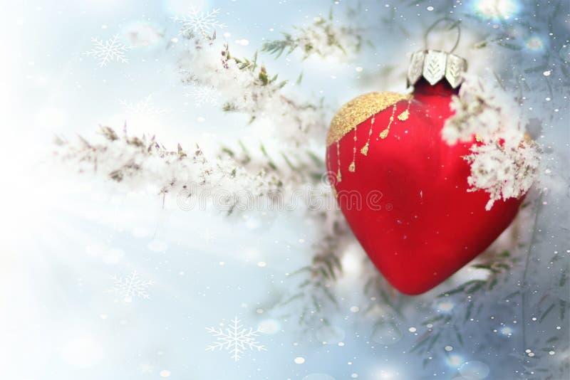 与红色牡鹿的圣诞卡片 背景蓝色雪花白色冬天 库存图片