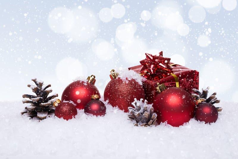 与红色球的圣诞节背景在雪 库存图片
