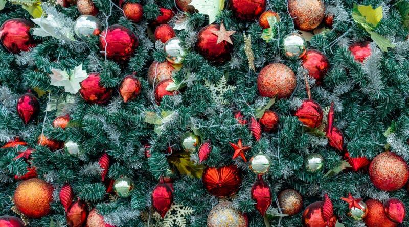 与红色球,金球,金黄雪花,红色星的接近的圣诞树装饰 另外的背景格式xmas 圣诞节新年度 库存图片