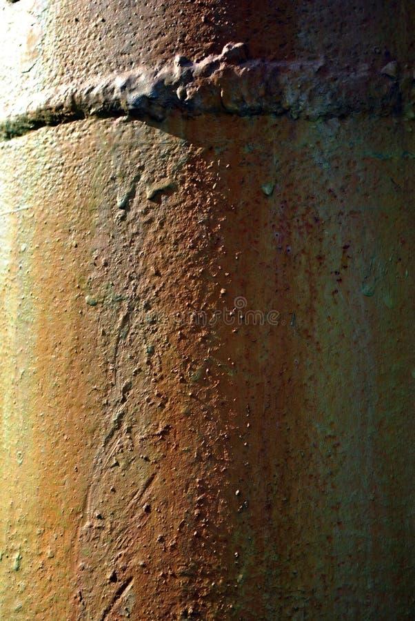 与红色生锈的金属汗水和焊缝,难看的东西垂直的背景的绿松石油漆 免版税图库摄影