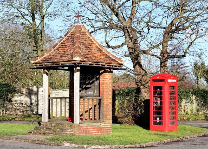 与红色电话亭的英国村庄场面 免版税库存照片