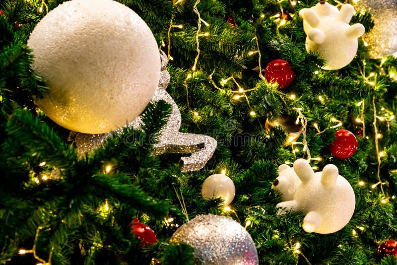 与红色的圣诞树装饰、金子、银和白色球、银色星和白色驯鹿 另外的背景格式xmas 圣诞节 免版税库存图片