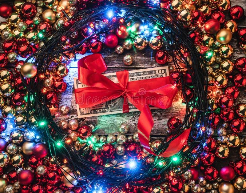 与红色的圣诞节背景和金中看不中用的物品,点燃,在中心礼物金钱 顶视图 看板卡例证向量xmas 库存照片