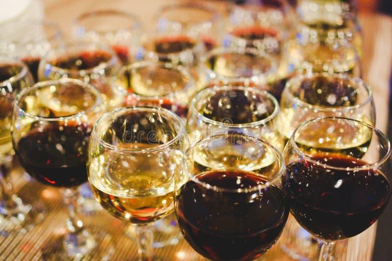 与红色的在一张桌上的玻璃和白酒在餐馆 r 免版税库存照片