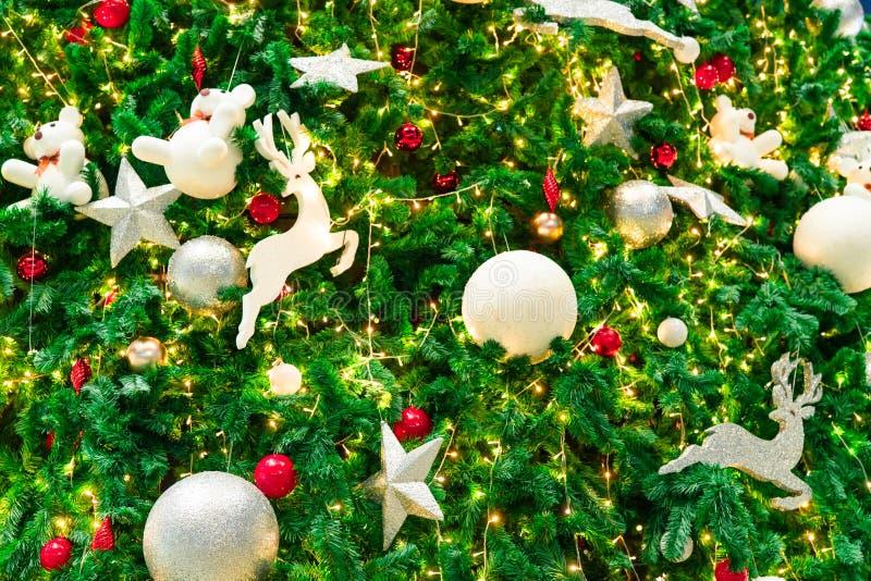 与红色的接近的圣诞树装饰、金子、银和白色球、银色星和白色驯鹿 另外的背景格式xmas 免版税图库摄影