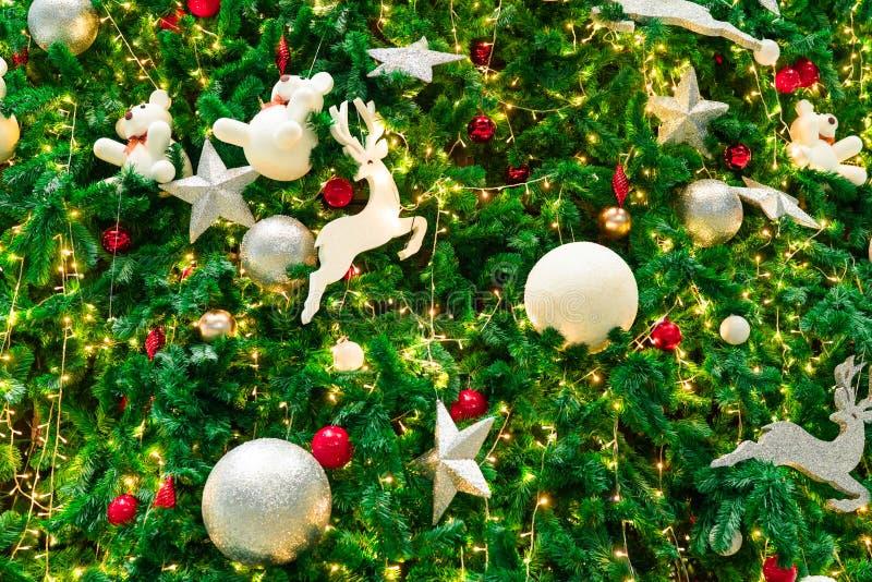 与红色的接近的圣诞树装饰、金子、银和白色球、银色星和白色驯鹿 另外的背景格式xmas 图库摄影