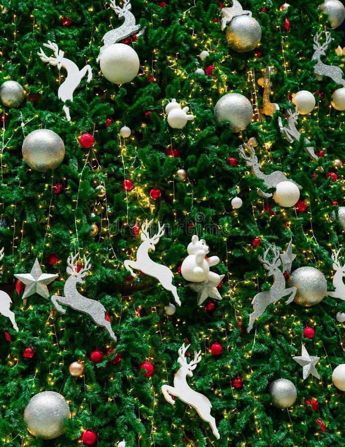 与红色的接近的圣诞树装饰、金子、银和白色球、银色星和白色驯鹿 另外的背景格式xmas 免版税库存照片