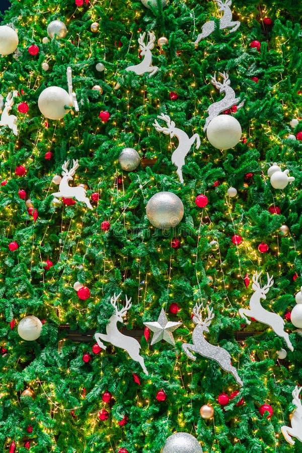 与红色的接近的圣诞树装饰、金子、银和白色球、银色星和白色驯鹿 另外的背景格式xmas 库存照片