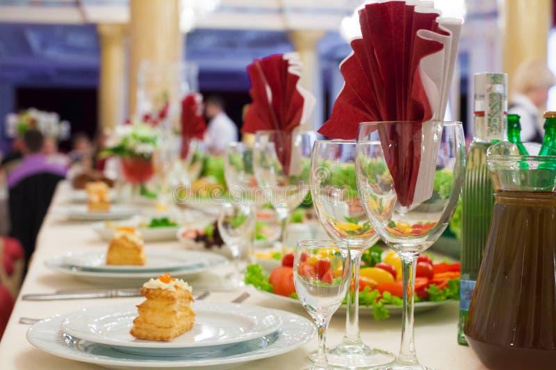 与红色的时髦的豪华金黄装饰的桌celebrati的 库存图片