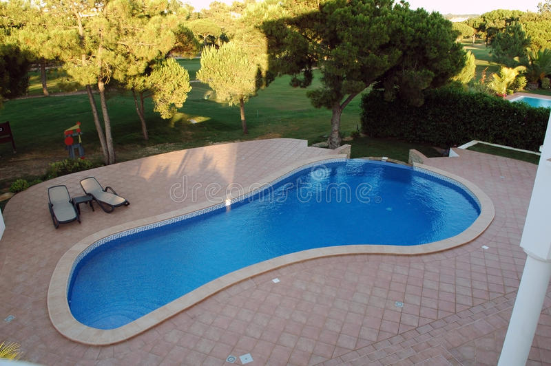 与红色的现代蓝色水池铺磁砖家庭大阳台- 免版税库存图片