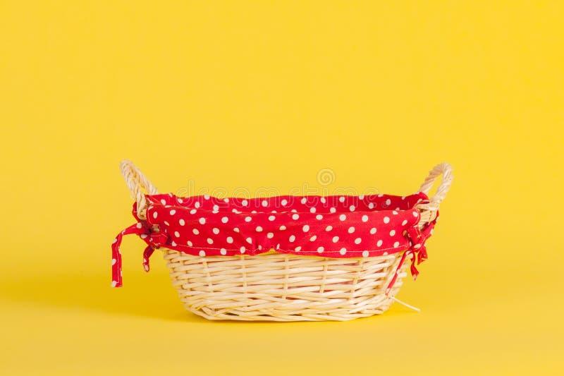 与红色的篮子在黄色 免版税库存照片