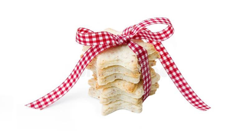与红色的被隔绝的圣诞节曲奇饼检查了丝带 免版税库存照片