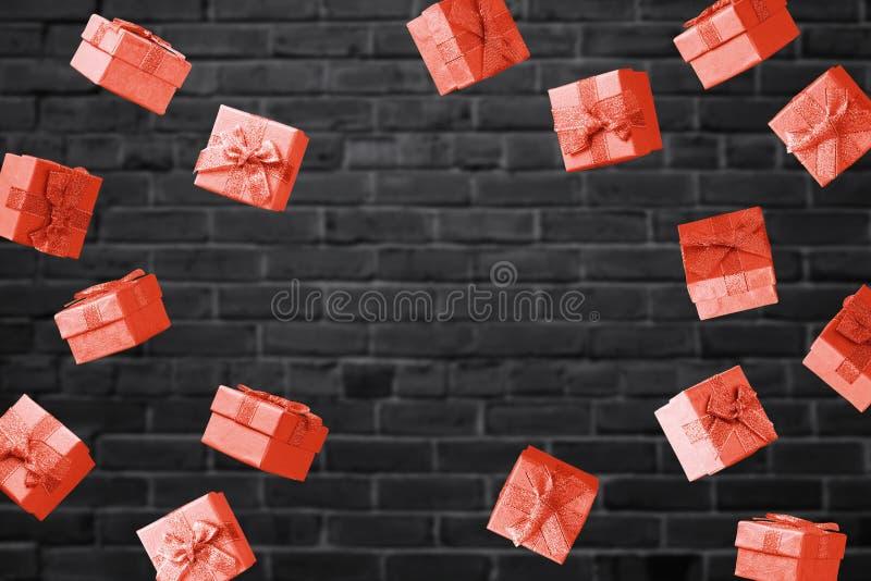 与红色礼物盒的黑星期五销售概念 库存图片