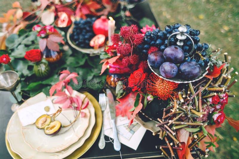 与红色秋叶的欢乐婚礼桌 背景装饰详细资料高雅花邀请丝带婚礼 附庸风雅 库存照片