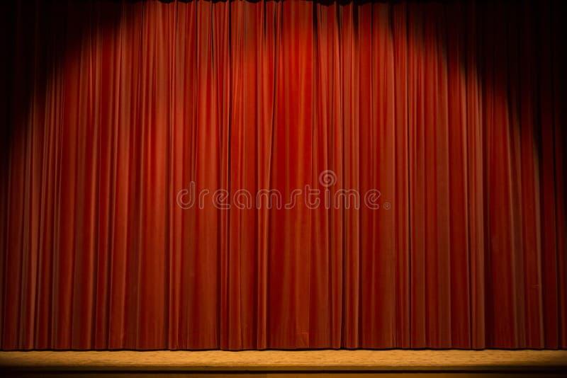 与红色窗帘的阶段 库存图片