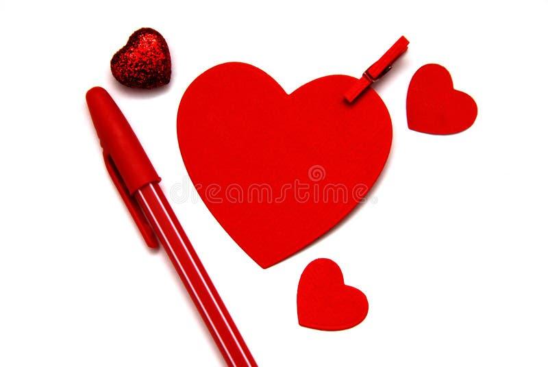 与红色笔的Redpaper心脏笔记的,情人节背景概念 免版税库存图片
