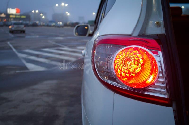 与红色背后照明的白色SUV 库存图片