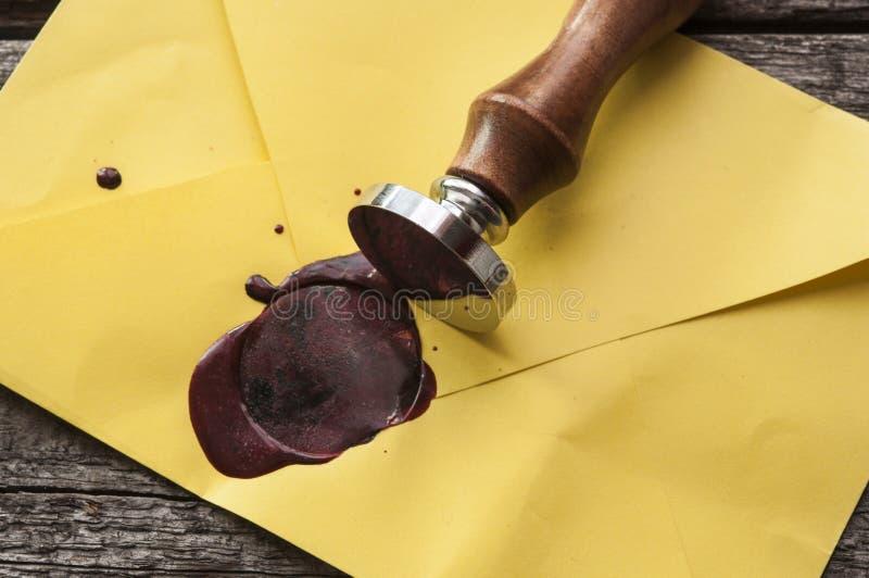 与红色蜡封印的老邮件信封盖印 免版税库存图片