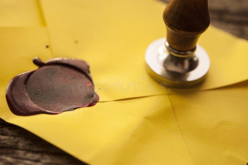与红色蜡封印的老邮件信封盖印 库存图片