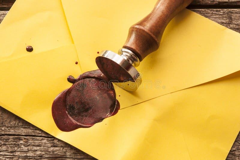 与红色蜡封印的老邮件信封盖印 免版税库存照片