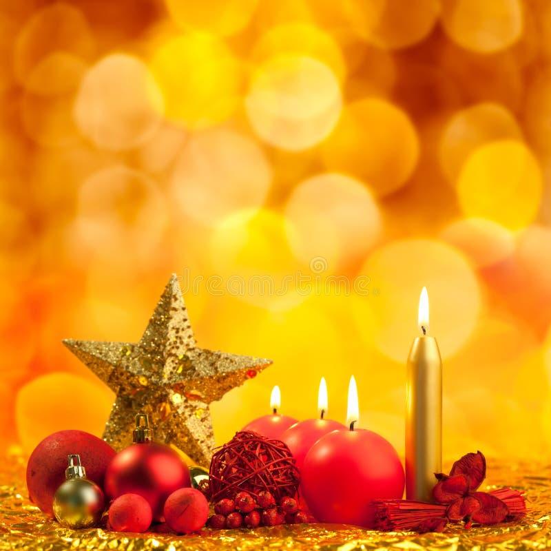 与红色蜡烛的圣诞节金黄星形 库存图片
