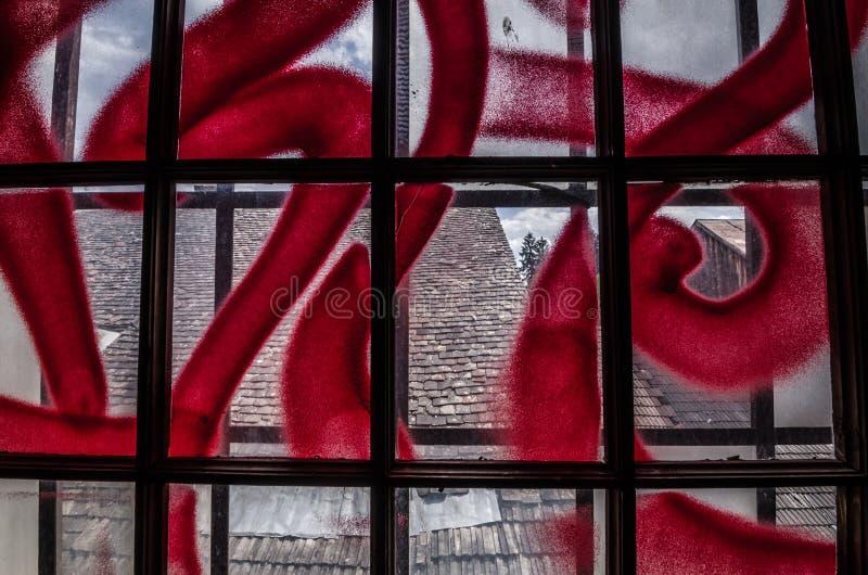 与红色街道画细节的窗口 免版税库存照片