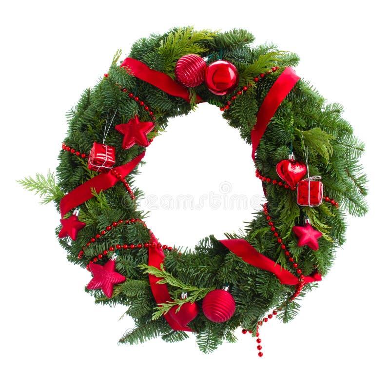 与红色装饰的绿色圣诞节花圈 库存照片