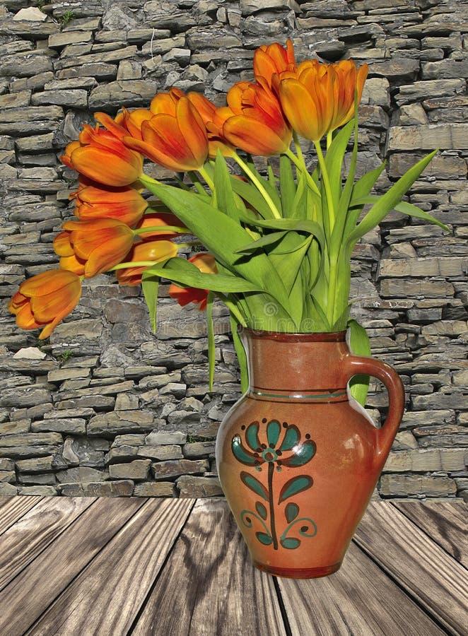 与红色郁金香的土气stillife在老黏土水罐 库存照片