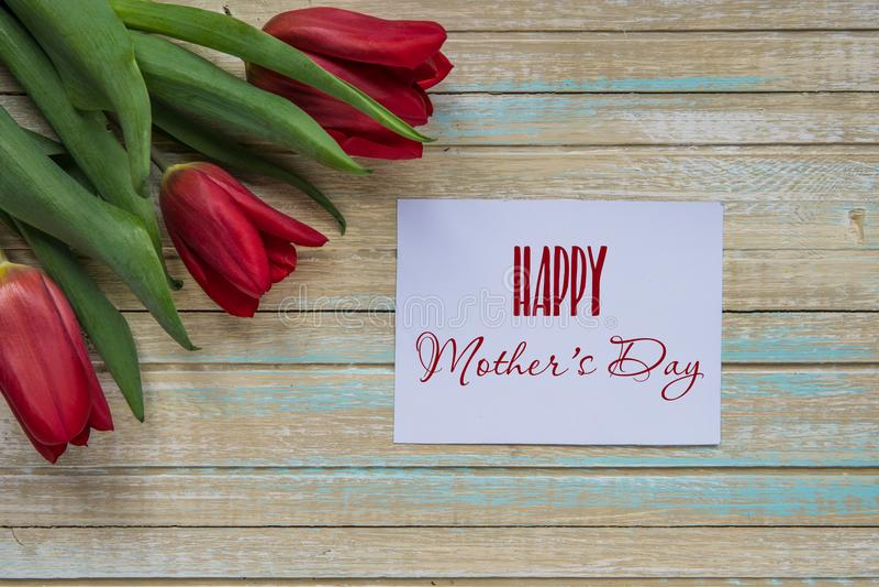 与红色郁金香的愉快的母亲` s天卡片 免版税库存照片
