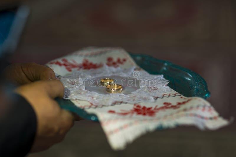 与红色金子的婚戒 免版税库存照片