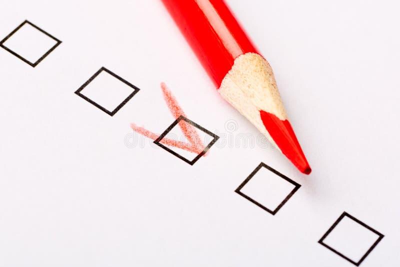 与红色铅笔的复选框查询表 营销和顾客服务概念 免版税库存图片