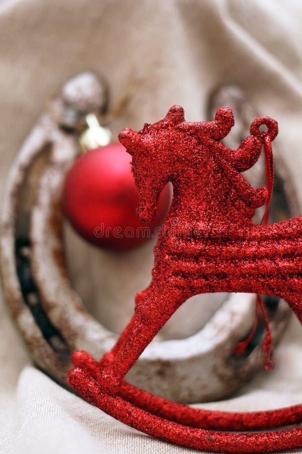 与红色马形象的圣诞节装饰 库存照片