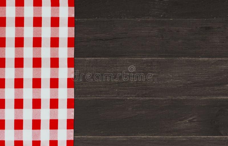 与红色验查员餐巾的布朗葡萄酒木桌 方格的织品和木黑暗的背景 装饰洗碗布 表w 库存照片