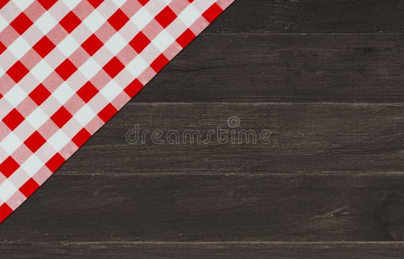 与红色验查员餐巾的布朗葡萄酒木桌 方格的织品和木黑暗的背景 装饰洗碗布 表w 库存图片
