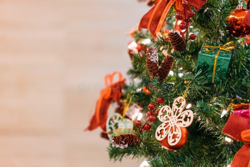 与红色,绿色和金黄雪剥落装饰品的圣诞树与模糊的背景和拷贝空间 库存图片