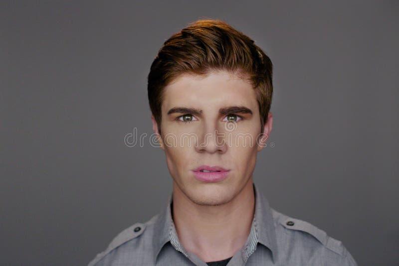 与红色头发的年轻白种人男性 图库摄影