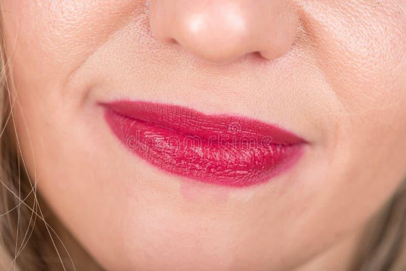 与红色嘴唇和头发的妇女面孔 愉快和疲乏 演播室照片写真 库存图片