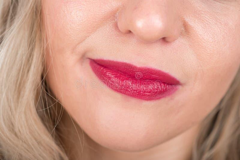 与红色嘴唇的好奇妇女面孔 看起来疲乏在坚苦工作以后 免版税库存图片