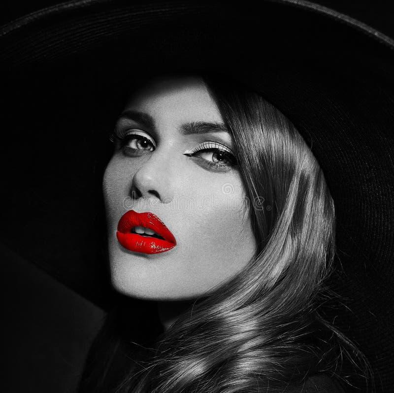 与红色嘴唇的魅力美好的性感的时髦的模型 库存照片