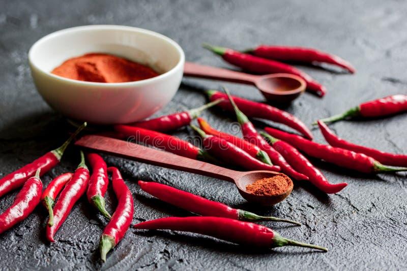 与红辣椒黑暗的桌背景关闭的热的食物 图库摄影