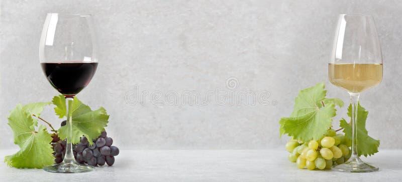 与红酒的一块玻璃和与白酒的一块玻璃 r 免版税库存照片