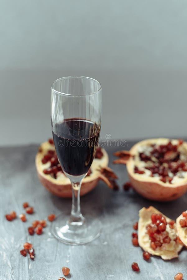 与红酒立场的一个酒杯在手榴弹旁边的灰色难看的东西背景 免版税图库摄影